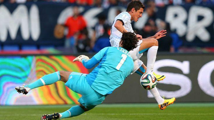 MARRAKECH, Marruecos - el 18 de diciembre: Neri Cardozo del CF Monterrey gana un Sherif Ekramy de Al Ahly SC Durante la 5 ª Copa Mundial de C. ..
