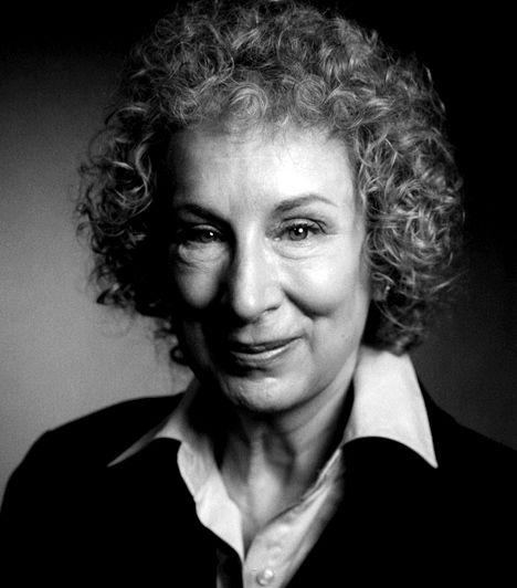 Margaret Atwood (1939-) A kanadai írónő, kritikus és aktivista igen termékeny regényíró, emellett a feminista törekvések terén is élen jár. Egyik leghíresebb könyve A szolgálólány meséje, mely egy negatív utópiát vázol fel, egy olyan korban, mikor a nők nagy része terméketlen, azokat pedig, akik képesek gyereket szülni, alacsonyabb sorba taszítják, és a többieket kell szolgálniuk, többek között méhükkel is.
