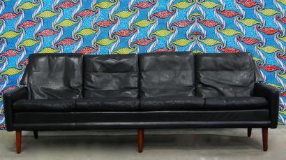 TRAVAIL SCANDINAVE DU XXE SIÈCLE Canapé quatre places en cuir noir à huit coussins, reposant sur six pieds en gaine en bois exotique  H. : 82 cm. L. : 236 cm. P. : 75 cm.  #design #yellowpeacock
