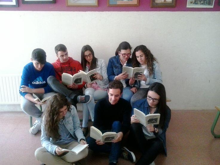 """Un último grupo de 2º de Bachillerato repasando la lectura de """"Los girasoles ciegos"""" antes de la prueba."""