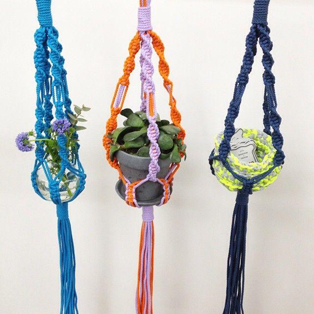"@giiton's photo: ""Macrame Hanger Kit*  作り方を覚えたら裂き布や麻ひもなどでも編んでみてください。 いろんなアレンジを楽しみましょう◎"""