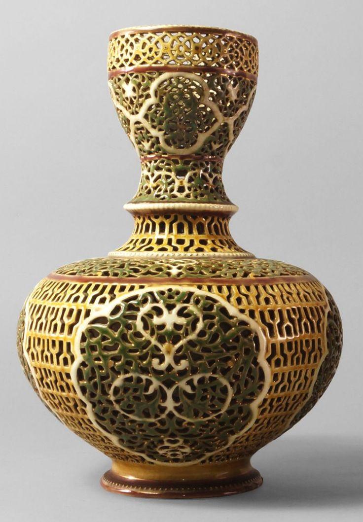 Zsolnay Váza  - az ún. Arab sorozatból Sikorski, Tádé terve, alján masszába nyomva: PÉCS ZSOLNAY, , arannyal írt márkajelzés: öttorony ábrája, alatta  80 (aranyozó mester száma) magassága 26,5 cm
