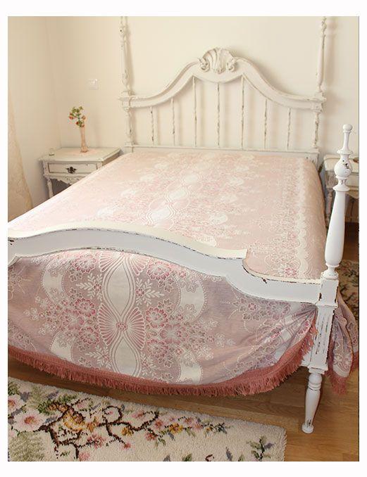 Pintura de mobília antiga em Sintra - detalhe da cama antiga pintada a branco decapé