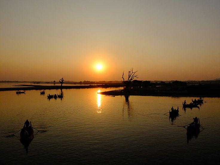 Traumhafter Sonnenuntergang an der U Bein Brücke in Amarapura nähe Mandalay.