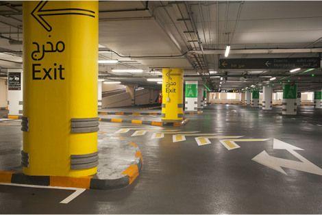 O Dubai Mall é o maior shopping center do mundo, com um estacionamento para mais de 14 mil vagas, distribuídas em três garagens distintas. Para esse ambiente, o escritório Two Twelve projetou um sistema de sinalização bilíngue, baseado em códigos de cor e alfanuméricos, para melhorar a circulação dos veículos no local. Depois do trabalho implantado, as reclamações sobre o sistema de sinalização diminuiram. Eram cerca de 30 a 40 reclamações por dia, e passaram para apenas 3 por semana.