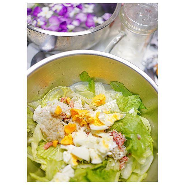 我が家の定番サラダ ズワイガニとレタスとゆで卵を塩こしょうマヨネーズで和えて…レタスをキンキンに冷やしてから和えるのがコツ👌🏻