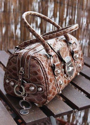 Kupuj mé předměty na #vinted http://www.vinted.cz/damske-tasky-a-batohy/kabelky/14699547-guess-vyrazna-modni-stredni-kabelka-do-ruky
