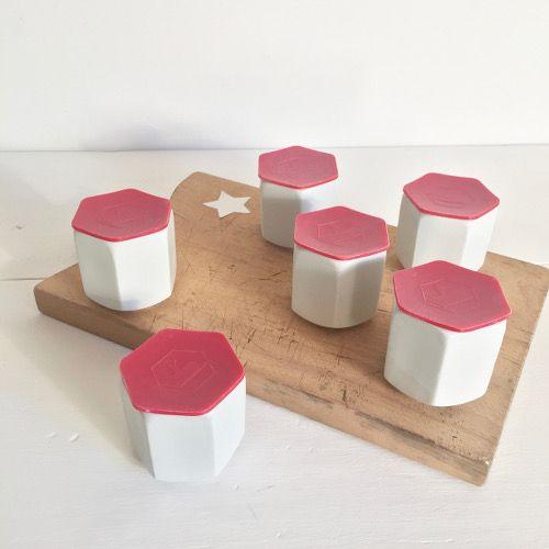 Brocante décoration cuisine collection ancien pot à yaourt YALACTA en céramique blanche et leur opercule en plastique de couleur.