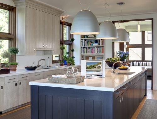 AMAZE! What a stunning kitchen. Love the navy against the white :)