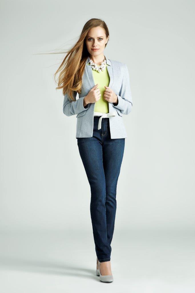 Chcesz, by jeansy wyglądały bardziej oficjalnie? Zestaw je z marynarką, butami na obcasie, a dla ożywienia stylizacji pod spód załóż kolorową bluzkę. #QSQ #fashion #inspirations #outfit #ootd #look #spring #summer #lime #yellow #jeans #blue #casual #work #elegance #formal #jacket #feminine #top