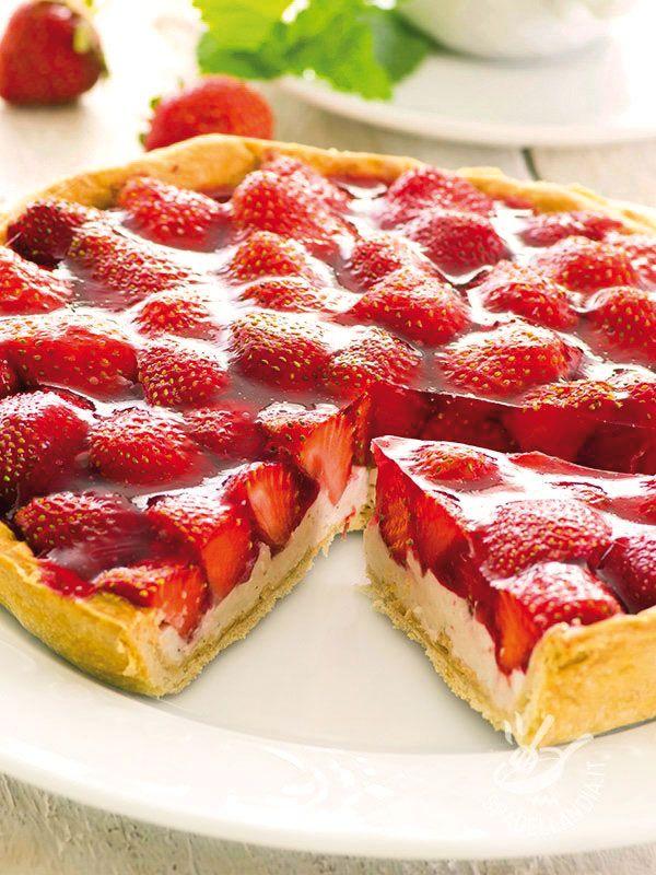 Strawberry tart and lemon cream (Vegan) - La Crostata di fragole e crema al limone vegan è un dolce fresco e gustosissimo, che piace a tutti, soprattutto ai bambini, per la sua delicatezza. #crostatadifragolevegan #crostatadicremavegan