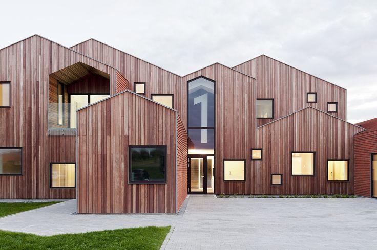 Construido por CEBRA en Kerteminde, Denmark con fecha 2014. Imagenes por Mikkel Frost. NUESTRA CASA - EL HOGAR DE NIÑOSDEL FUTURO  El estudio de arquitectura danésCEBRA ha completado un proyecto pionero....