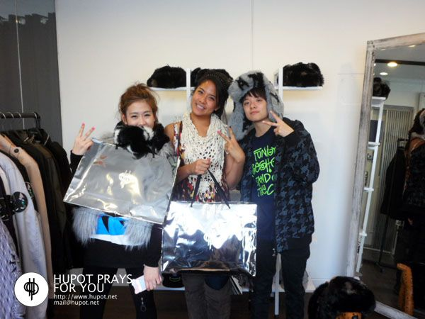 120121 Amber with her sister & friend at clothing shop [4p] | f(x) Indonesia