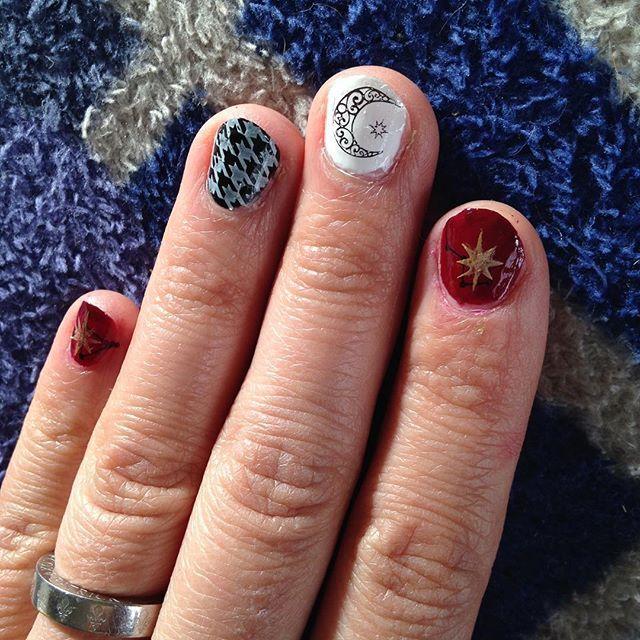 キャンドゥで購入したネイルスタンプを使ってみたよ〜★使い方のコツさえ掴めば,普段のちょっとしたオシャレネイルなら十分使えるよこれ!  小指・人差し指→ボルドーの上に黒で星座のスタンプ,最後にゴールドで星のスタンプ★ 中指→白の上に黒で月と小さな星のスタンプ★ 薬指・親指→黒の上に白で千鳥格子のスタンプ★  です❤︎ 手がカッサカサしているのは日常の怪獣2匹との生活による勲章でありますから🎖批判は御容赦ください😂😂😂(笑)  #ネイルスタンププレート  #ネイルスタンプ #クレヨンネイルスタンプ #クレヨンタッチミー #セルフネイル #セルフネイル部 #千鳥格子ネイル #100均ネイル #nailholic_kose