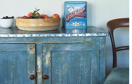 Astuce déco : Comment donner un effet vieilli à un meuble ? // http://www.deco.fr/loisirs-creatifs/actualite-465582-comment-donner-aspect-vieilli-meuble.html
