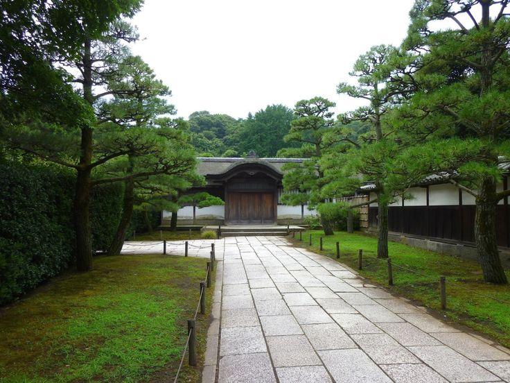 横浜にある三渓園は、 生糸の貿易で財をなした横浜の実業家、 原三渓の元邸宅だそうです。 .  約53000坪という、 広大な敷地もすごいのですが、 彼は、ここに、 京都や鎌倉などから、 古建築を移築、蒐集していきます。 .  原三渓は、 美術や骨董の蒐集でも知られるそうですが、 建築まで蒐集してしまうというのが、 すごいですよね。 .  さらに、その内容も大変なもので、 その敷地内には、 彼が移築した17棟の古建築があるそうですが、 現在では、 そのうちの10棟が重要文化財に指定されている、 とい...