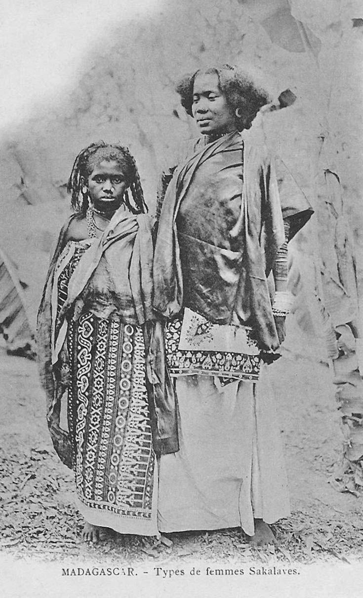 """Africa   'Types de femmes Sakalayes"""" Madagascar   Vintage postcard; ca. 1904"""
