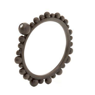 Βεράκι δαχτυλίδι Huffy Κ9 μαύρο χρυσό με πολλές ασύμμετρες μπίλιες περιμετρικά της γάμπας και διαμάντι | Δαχτυλίδια ΤΣΑΛΔΑΡΗΣ στο Χαλάνδρι #δαχτυλιδι #huffy #μαυρο #μπιλιες #διαμαντι