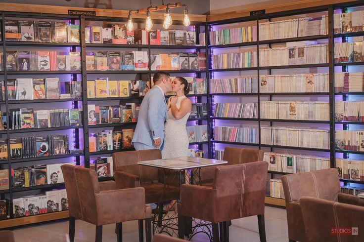 B + L | Session bride & Groom - photography - couple - love library | Sesión de novio & novia en una librería  - fotografía - pareja - amor