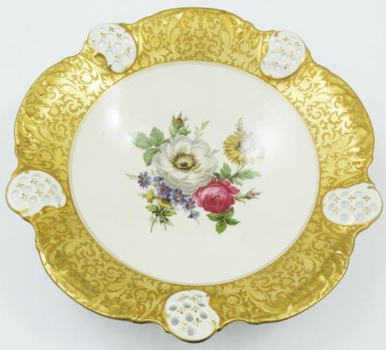Rosenthal Moliere, Niemcy, lata 50-te XX wieku.  Piękna patera na stopie.  Porcelana ecru, złocona złoceniem brabanckim.  Wnętrze dekorowane bukietem kwiatowym.     Średnica - 29,5 cm.