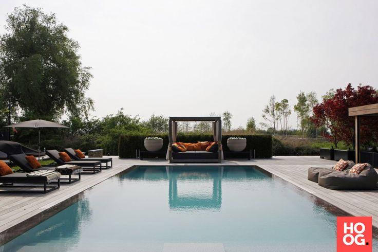 Luxe ligbedden en loungebed bij rechthoekig zwembad