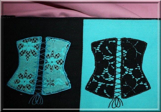 Trousse plate duo de bustier, broderie machine. Bicolore. Noir et bleu. Modèle unique. Doublée et molletonnée. Dimension longueur 25 cm. Hauteur : 14 cm. Lavage machine 30° - 16218258