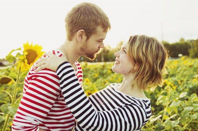 Kihkakuvaukset syksyllä auringonkukkaniityllä / Autumn engagement pictures in the middle of sunflowers