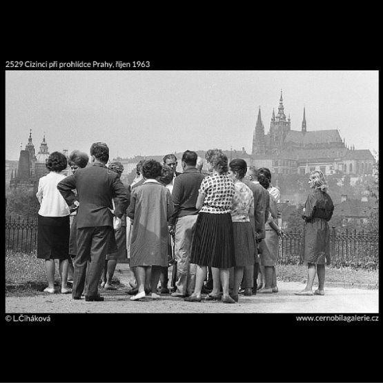 Cizinci při prohlídce Prahy (2529) • Praha, říjen 1963 • | černobílá fotografie, turisté, nábřeží, Pražský hrad |•|black and white photograph, Prague|
