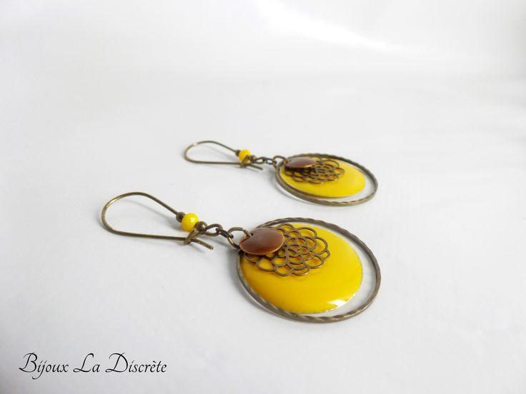 Boucles d'oreilles en métal couleur bronze avec perle et sequin jaune : Boucles d'oreille par bijoux-la-discrete