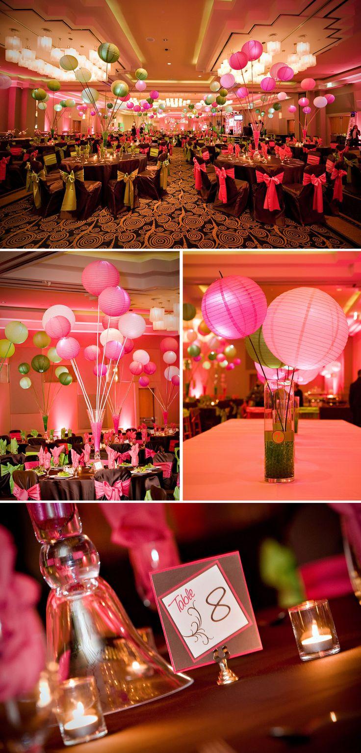 Centros de mesa con globos chinos para fiesta de 15 con temática de color rosa y verde lima. #FiestaDe15