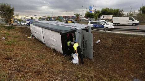 Matkailijoita kuljettanut turistibussi kaatui keskiviikon vastaisena yönä Barcelonassa.