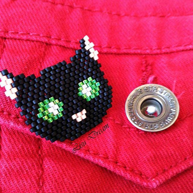 Broche en forma de gato negro con ojos verdes hecho con cuentas de cristal japones miyuki delica.  Su tamaño es de 3x2'5cm   #accessories #comlementos #gato #cat #gatonegro #blackcat #negro #black #green #eyes #ojosverdes #verde #broche #brooch #girl #gift #present #miyukibeads #miyukidelica #miyukiaddict #miyuki #delica #beads #beadsaccessory #beadwork #photooftheday #instagood #instajewerly #handmade #hechoamano