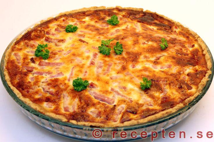Ostpaj med skinka - Enkelt recept på en mycket god ostpaj med skinka. Enkel pajdeg med en fyllning av skinka, riven ost, mjölk, ägg och kryddor. 6 portioner.