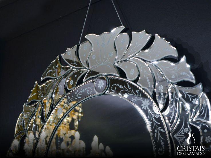 O espelho veneziano é um ótimo modelo para decorar a casa, tem uma aparência retrô, por isso harmoniza perfeitamente com uma decoração tradicional e mais ainda em ambientes mais contemporâneos. Garanta o seu! #CristaisdeGramado
