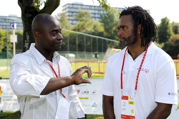 Mbo Mpenza à l'école avec Juninho et Karembeu