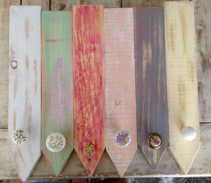 Perchero 30 x 40cm.  6 perchas decapadas en tonos rosa, vainilla, verde, gris y blanco