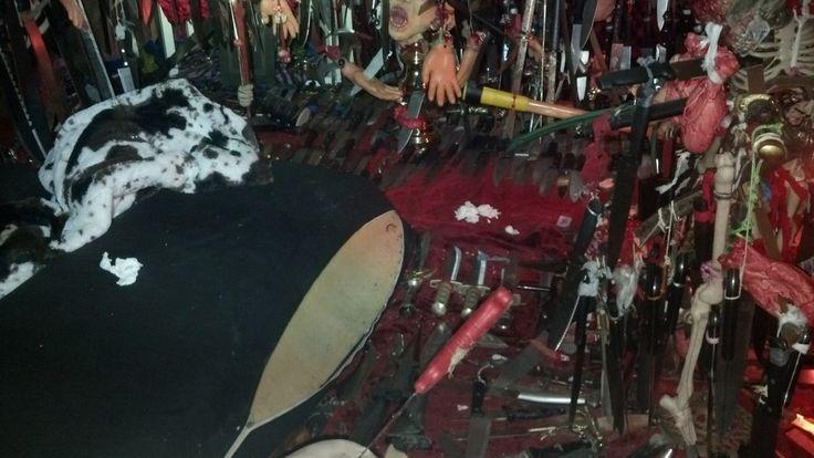 Ein 'satanischer' Altar und mehr als 3500 Messer – Das hat die Polizei bei dieser Frau gefunden