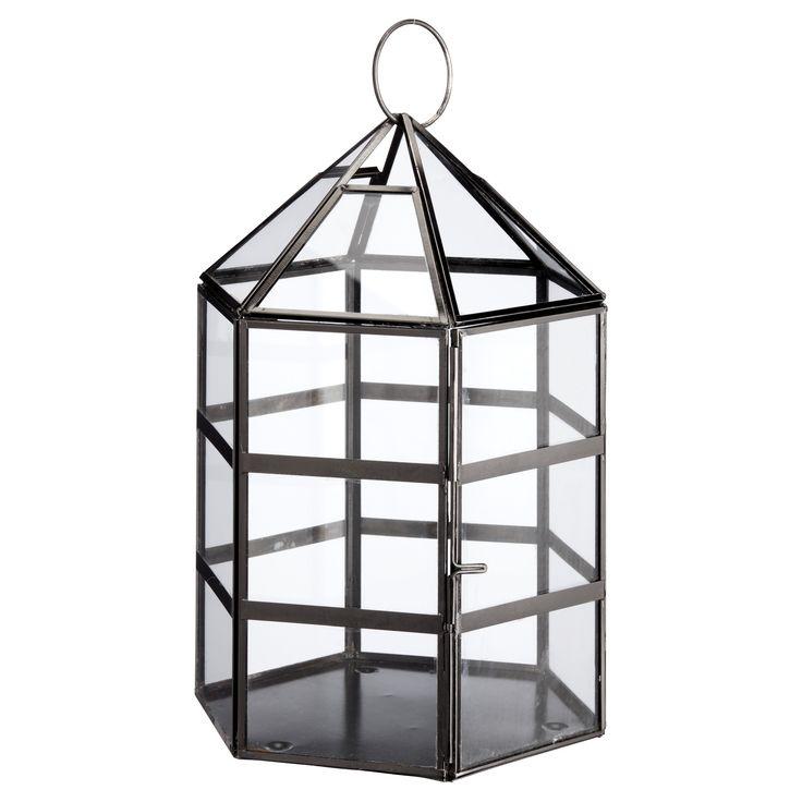 Moderne lantaarn gemaakt van glas en metaal. Kleur: zwart. Afmeting: 19x28 cm (bxh). #kwantumlente #lantaarn #tuin