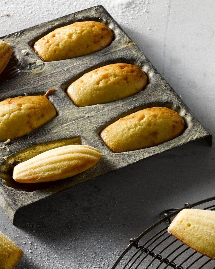 Madeleines zijn typisch Belgische schelpvormige cakejes die het lekkerst smaken als ze ovenvers zijn. Je maakt ze snel en makkelijk zelf. Genieten!