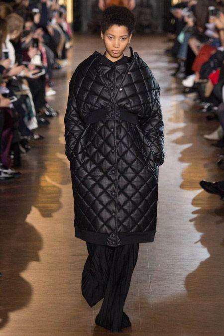 Модель в кожаном пуховике от Stella McCartney - модные куртки и пуховики на осень 2016 и зиму 2017