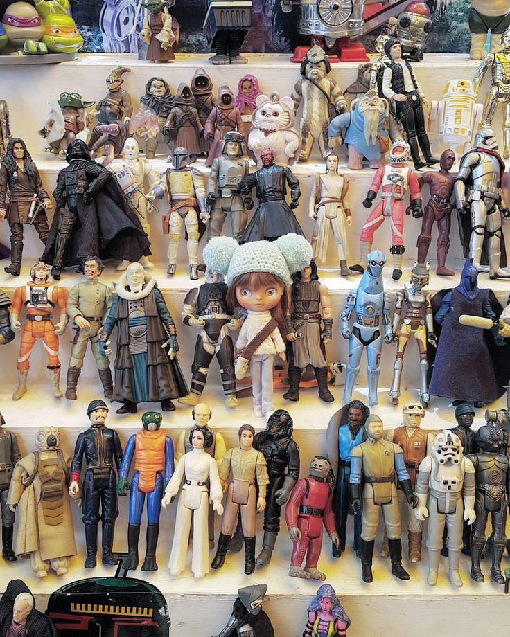 OMG! We're at Toy Collector and now Pulga doesn't want to back home!! 😨 • • • #Sonydolls #blythedoll #petiteblythe #pbl #doll #muñeca #bigeyes #dollphotography #dollstagram #toystagram #starwars #toys #sunday #weekend #finde #diadelniño #puebla #ninjaturtles #darthvader #fleamarket #retrotoys #retro #vintage #vintagetoy #toycollector #toys4life #dolllife #Pulga