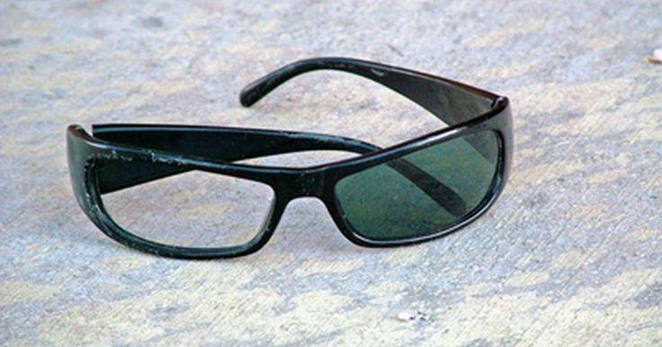 Cómo eliminar un rayón de tus gafas de sol. Los lentes en un par de gafas de sol usualmente están hechos de plástico, lo que significa que son vulnerables a los rayones. Estos rayones pueden ocurrir si no tienes cuidado, si tienes un accidente o simplemente por el uso habitual. Las gafas de sol pueden ser muy costosas, así que es conveniente intentar reparar los rayones de los lentes antes ...