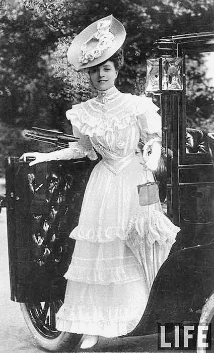Edwardian fashion: Vesta Tilly emerging from a carriage at Ascot, 1904