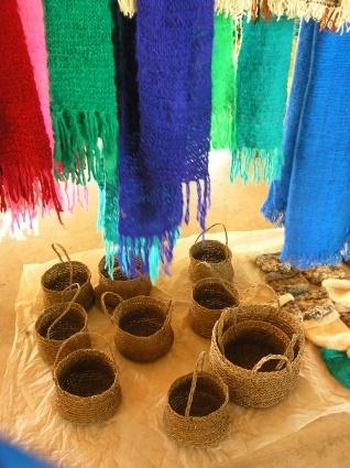 """ARTESANÍA CHILENA:  El trabajo textil posee características propias. El telar araucano es el llamado """"huitral"""", consistente en cuatro trozos de madera que se cruzan en los extremos , y tiene una altura de poco más de dos metros. Este trabajo artesanal es esencialmente femenino. Se tejen de esta forma los """"chamales"""" o mantas femeninas y masculinas, ponchos y frazadas, así como también los famosos """"choapinos"""", especie de alfombras, muy codiciadas en el mercado por la calidad del tejido."""