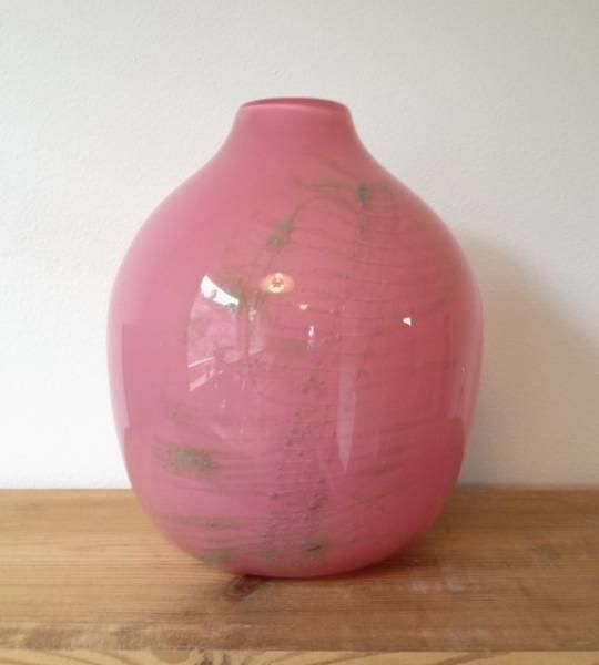 """BENNY MOTZFELDT Flott stor kunstglassvase fra Plus. Nydelig kunstglassobjekt. Norsk design. Rosa med innlagt nettingdekor. Etset signatur """"BM Plus"""". I underkant av 18 cm høy."""