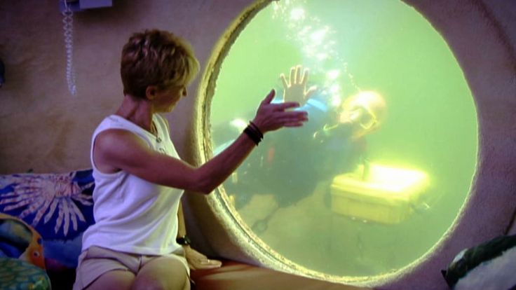 Underwater hotel has scuba diving pizza delivery man  cool place to go  OMG