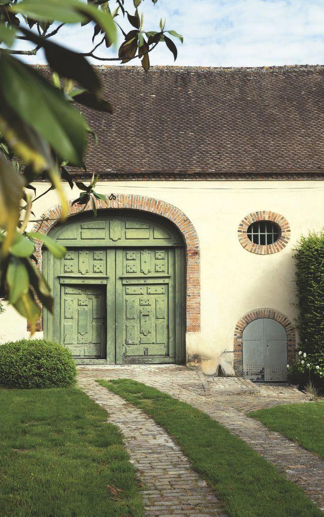 La maison, entourée d'un parc planté d'hortensias et de jasmins, a conservé sa mémoire avec le porche d'origine, qui mène à l'ancienne grange.