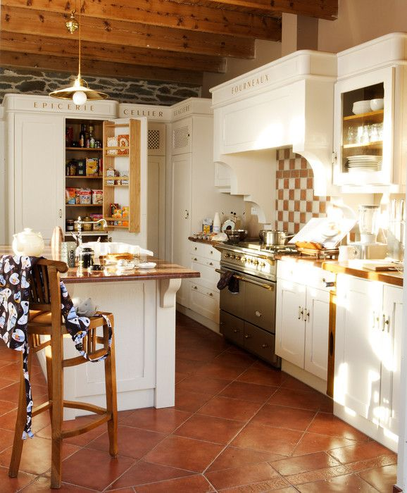 fabricant cuisine style cottage agencement sur-mesure bois massif bretagne savane cuisines chaleureuse fourneau lacanche cellier epicerie contreporte ilot central carrelage damier tomettes