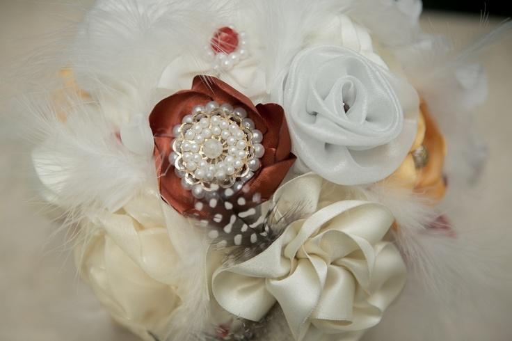 El boquet hecho con flores de tela!  Foto: www.valeriaduque.net