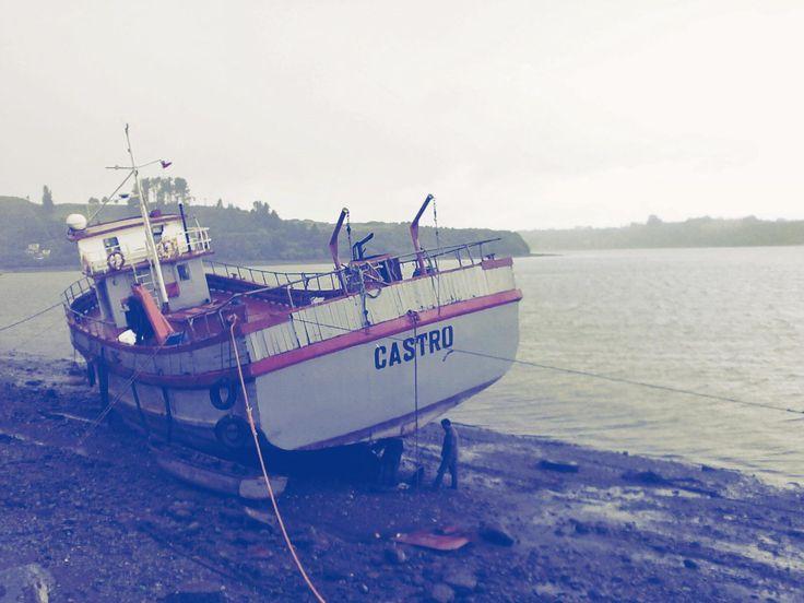 """Maestreando en la """"barcasa"""" por la mañana. ---- Fotog.: A orillas del agüita en Castro. ©Claudia Mellado Ñancupil"""